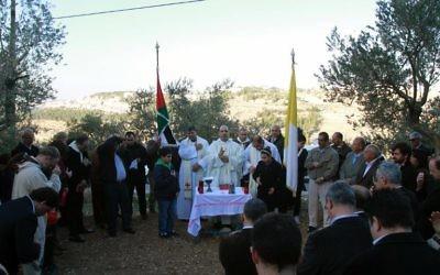 Le curé de Beit Jala, le père Ibrahim al-Shomali, qui célèbre la messe dans la vallée. (Crédit : AFP Musa al-Shaer)