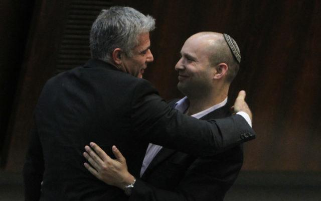 Yair Lapid, président parti Yesh Atid, et Naftali Bennett, dirigeant du parti HaBayit HaYehudi, à la Knesset, en février 2013. (Crédit : Miriam Alster/FLASH90)