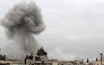 De la fumée au-dessus d'immeubles après une attaque aérienne de l'armée syrienne, le 25 janvier 2014 à Daraya, au sud-ouest de Damas (Crédit : AFP/Fadi Dirani)