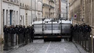"""Des CRS bloquent une rue lors du passage de la manifestation """"Jour de colère"""", le 26 janvier 2014 à Paris (Crédit : AFP/Pierre Andrieu)"""