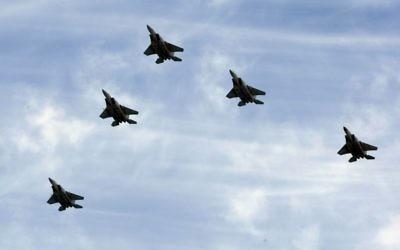 Des avions F-15 de l'armée israélienne en vol de formation (Crédit : Moshe Shai/Flash90)