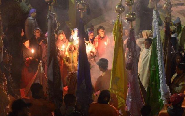 Des femmes marocaines brûlent des cierges et de l'encens pendant le festival de Sidi Ali, le 21 janvier 2014 à Sidi Ali, près de Meknès  (Crédit : AFP/Fadel Senna)