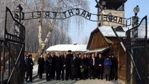 Des membres de la Knesset à l'entrée de l'ancien camp nazi d'Auschwitz-Birkenau le jour international de la Shoah, le 27 janvier 2014  (Crédit : AFP/Janek Skarzynski)