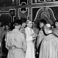 Des membres du 22e Régiment Royal, participant à la libération de l'Italie, en audience avec le pape Pie XII - 4 juillet 1944. (Crédit : Domaine public du Canada/Wikimedia Commons)