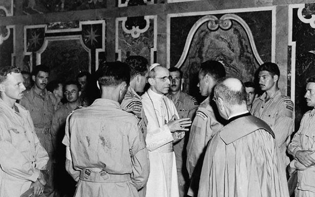 Des membres du 22ème Régiment Royal, participant à la libération de l'Italie, en audience avec le pape Pie XII - 4 juillet 1944 (Crédit : Domaine public du Canada/Wikimedia Commons)