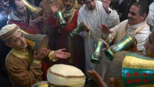 Des musiciens marocains participent au festival de Sidi Ali, inspiré du soufisme, le 21 janvier 2014 à Sidi Ali, près de Meknès  (Crédit : AFP/Fedel Senna)