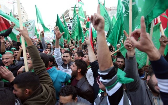 Des palestiniens lors du 25ème anniversaire du Hamas - Ramallah - 14 Décembre 2012 (Crédit : Issam Rimawi/Flash90)