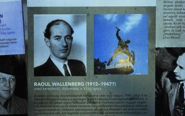 Des photos du diplomate suédois Raoul Wallenberg qui sauva des milliers de Juifs hongrois, le 3 août 2012 au Mémorial de l'Holocauste à Budapest (Crédit : AFP/Archives Attila Kisbenedek)