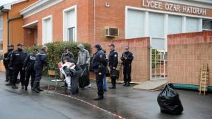 Des policiers devant devant l'école juive Ozar Hatorah le 19 mars 2012 à Toulouse  (Crédit : AFP/Archives Remy Gabalda)