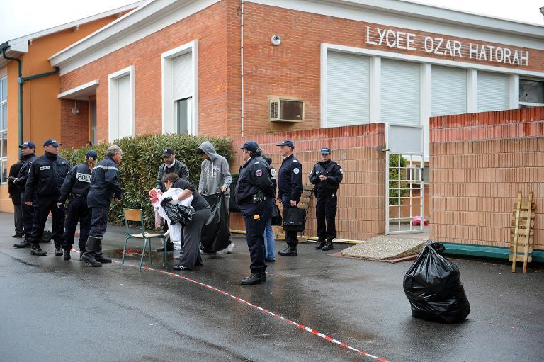 Des policiers devant l'école Ozar Hatorah, à Toulouse, le 19 mars 2012. (Crédit : AFP/Archives Remy Gabalda)