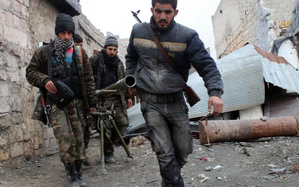Des rebelles syriens transportent un lance-roquettes lors de combats contre l'armée, le 27 janvier 2014 à Alep  (Crédit : AFP/Salah Al-Ashkar)