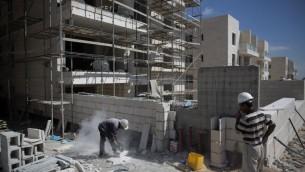 Des travailleurs palestiniens sur un site de construction à Gilo - Jérusalem-Est -12 août 2013 (Crédit : AFP/File Menahem Kahana)