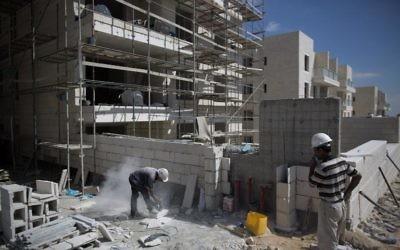 Des ouvriers palestiniens sur un chantier du quartier Gilo, à Jérusalem Est, le12 août 2013. Illustration. (Crédit : Menahem Kahana/AFP)