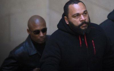 Dieudonné M'Bala M'Bala à son arrivée au tribunal de Paris, le 13 décembre 2013. (Crédit : Joel Saget/AFP)