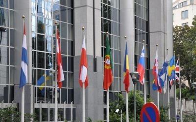 Drapeaux européens devant le  Parlement européen à Bruxelles. Illustration. (Crédit : Francisco Antunes/CC BY/Flickr)