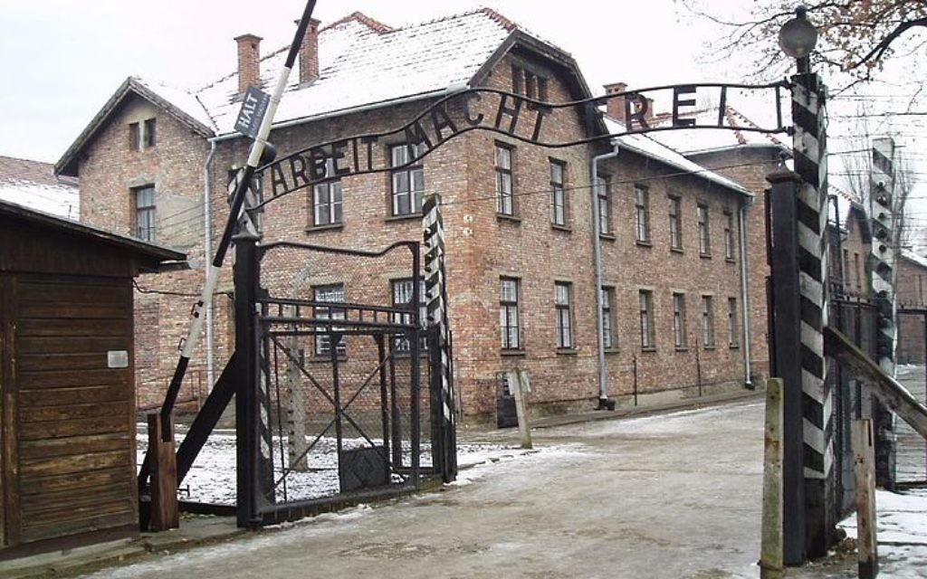 Entrée principale du camp d'extermination d'Auschwitz-Birkenau. (Crédit : Tulio Bertorini/CC-BY)