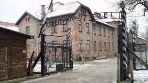 Entrée principale du camp de la mort d'Auschwitz (Crédit : CC-BY Tulio Bertorini)