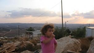 Une petite fille fille à Negohot, près d'Hébron, en Cisjordanie (Crédit : Roy Sharon/Flash90)