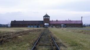 Les rails de chemin de fer qui mènent au camp d'extermination d'Auschwitz-Birkenau, en Pologne (Crédit photo : Serge Attal/Flash90)