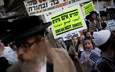 Des membres du groupe antisioniste, Neturei Karta, protestent l'Etat d'Israël, qui, selon eux, ne devrait pas exister avant la venue du Messie. (Crédit : Yonatan Sindel/Flash90)