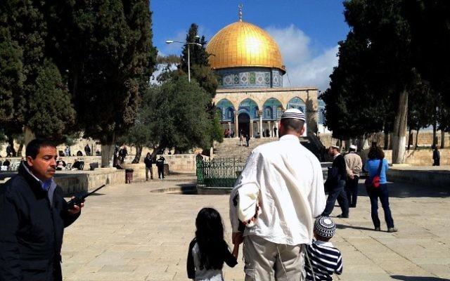 Des juifs religieux visitent le Mont du Temple bien que la pratique soit interdite par la plupart des autorités religieuses. (Crédit : Sliman Khader/Flash90)