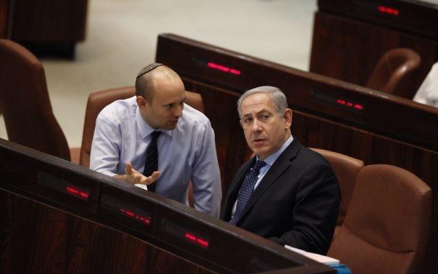 Le Premier ministre Benjamin Netanyahu et le ministre de l'Economie et du commerce, Naftali Bennett (Crédit : Flash90)