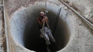 Un ouvrier palestinien entre à l'intérieur d'un tunnel de contrebande en septembre 2013 (Crédit: Wissam Nassar/Flash90)