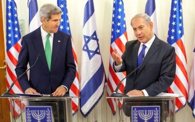 Le Premier ministre Benjamin Netanyahu et le secrétaire d'Etat américain John Kerry pendant une conférence de presse à Jérusalem, le 15 septembre 2013. (Crédit : Emil Salman/Pool/Flash90)