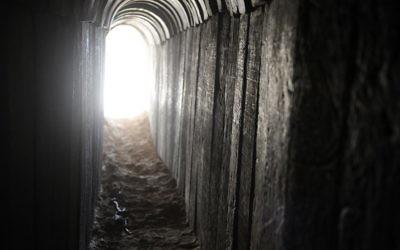 Un tunnel creusé par des Palestiniens sous la frontière entre la bande de Gaza et Israël. Découvert par l'armée israélienne le 13 octobre 2013 (Crédit : David Buimovitch/Flash90)
