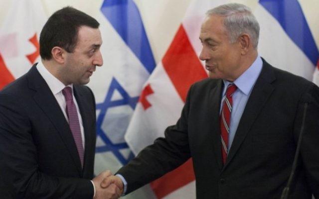 Le Premier ministre israélien Benjamin Netanyahu serre la main du Premier ministre géorgien, Irakli Garibashvili, lors d'une conférence de presse à Jérusalem, le 28 janvier 2014. (Crédit: Yonatan Sindel/Flash90)