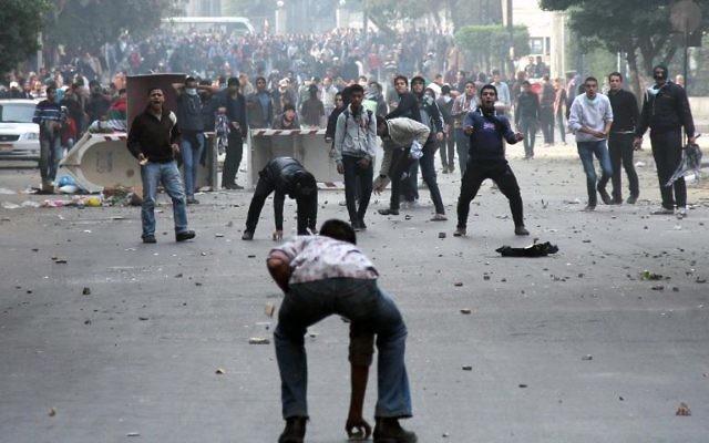 Heurts entre manifestants au Caire le 25 janvier 2014 (Crédit : AFP/Ahmed Taranh)
