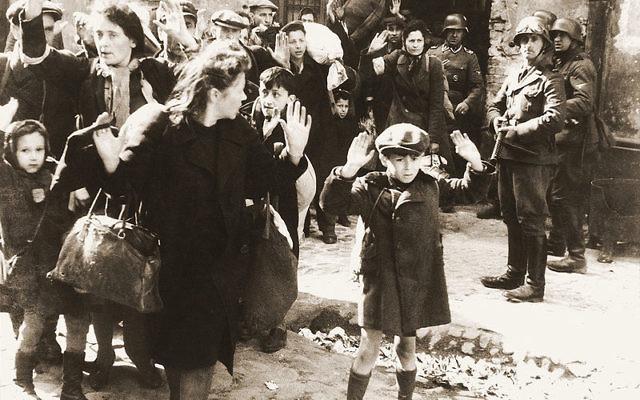 Le soulèvement du ghetto de Varsovie (Crédit : Musée du mémorial de l'Holocauste aux Etats-Unis, Wikimedia Commons)