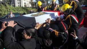 Le cercueil du général de police assassiné, Mohamed Saïd, lors de ses funérailles, le 28 janvier 2014 au Caire  (Crédit : AFP Mahmud Khaled)