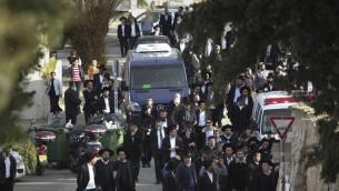 Le cortège des funérailles de Avigail et Yael Gross (Crédit : Hadas Parush/Flash 90)