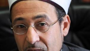 Le grand imam de la mosquée de Bordeaux Tareq Oubrou dans son bureau le 27 décembre 2013 (Crédit : AFP/Mehdi Fedouach)