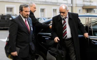 Le porte-parole de l'opposition syrienne Louay Safi (gauche) et le vétéran Haitham al-Maleg arrivent à Genève le 28 janvier 2014 (Crédit : AFP/Fabrice Coffrini)
