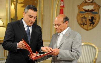 Le président tunisien Moncef Marzouki (à droite) reçoit la liste des membres du gouvernement que propose le Premier ministre désigné Mehdi Jomaâ, le 26 janvier 2014 à Tunis (Crédit : AFP/Fethi Belaid)