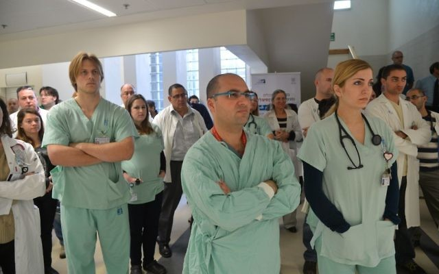 Les docteurs israéliens en grève pendant près de deux heures à l'hôpital Assaf Harofeh de Rishon Lezion - 19 janvier 2014 (Crédit : Yossi Zeliger/Flash90)