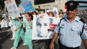 Les infirmières en grève à l'hôpital Assaf Harofeh - 3 décembre 2012. (Crédit : Yehoshua Yosef/Flash90)