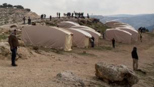 Militants palestiniens et étrangers mettent en place un avant-poste de Bab el-Shams (Porte du Soleil), comprenant 25 tentes, dans la zone E1 contestée entre Jérusalem et Maale Adumim - 11 janvier 2013 (Crédit : Flash 90)