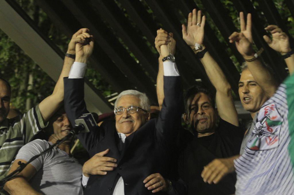 Mahmoud Abbas, entouré d'une foule de palestiniens accueillant les prisonniers libérés en aout 2013. (Crédit : Issam Rimawi/Flash90)