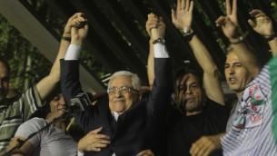 Mahmoud Abbas, entouré d'une foule de palestiniens accueillant les prisonniers libérés en aout 2013. (Crédit Issam RimawiFlash90)