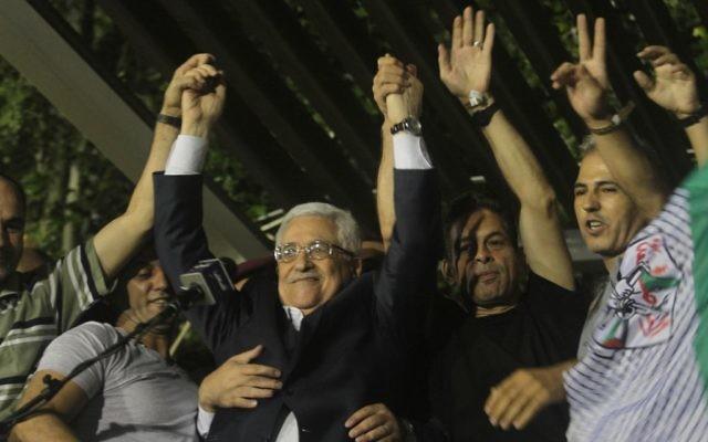 Mahmoud Abbas, entouré d'une foule de palestiniens accueillant les prisonniers libérés en aout 2013. (Crédit Issam Rimawi/Flash90)