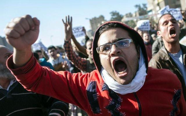 Manifestants égyptiens au Caire, le 25 janvier 2014. (Crédit : Mahmoud Khaled/AFP)