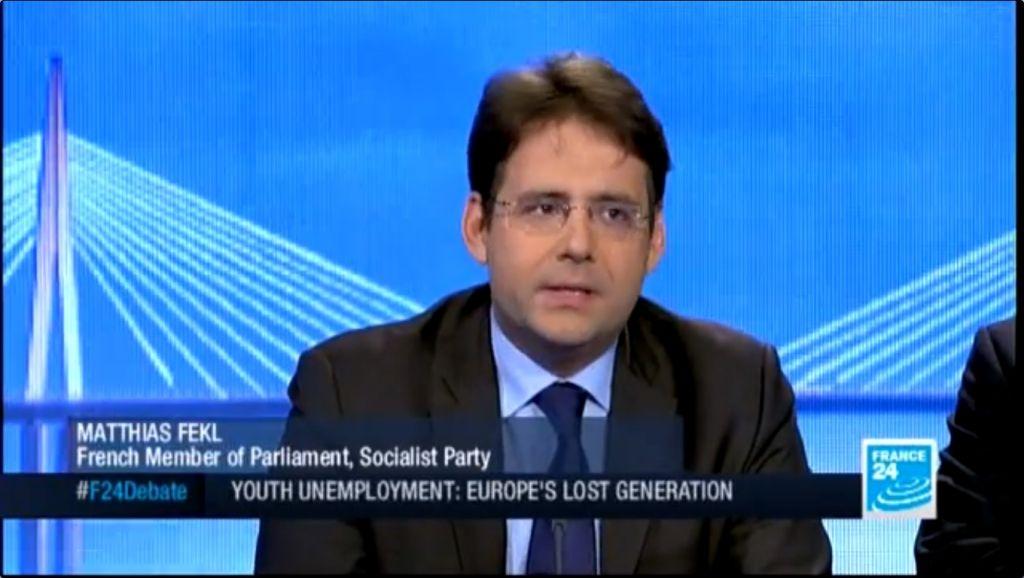Matthias Fekl lors d'une interview sur la chaîne France 24 (Crédit : capture d'écran youtube/France 24)
