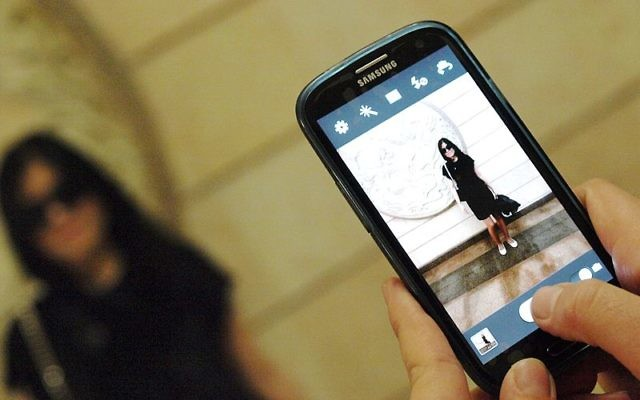 Personne prenant une photo avec son téléphone (Crédit : Wikimedia Commons/CC BY-SA 3.0/Petar Milošević)