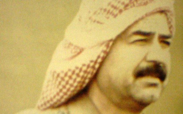Saddam Hussein en 1982 (Crédit : Wikimedia Commons/Informationsministerium der Republik Irak, Dar al-Ma'mun)
