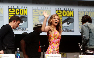 Scarlett Johansson, à la conférence internationale du comic de San Diego - Californie - 2013 (Crédit : Gage Skidmore/Flickr/CC BY-SA 2.0)