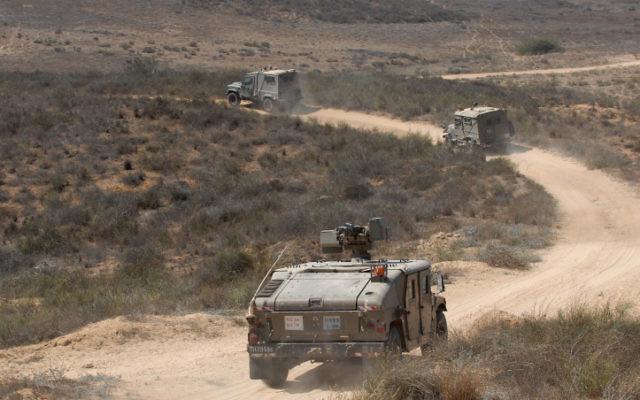 Des véhicules de l'armée israélienne en patrouille aux frontières avec Gaza. 20 août 2011. (Crédit : Gili Yaari/Flash 90)