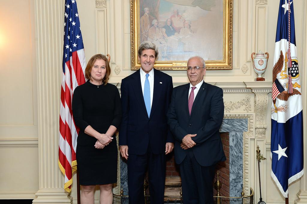 John Kerry, secrétaire d'Etat américain (au centre), la négociatrice israélienne Tzipi Livni (à gauche) et le négociateur palestinien Saeb Erekat, à Washington, en juillet 2013. (Crédit : département d'Etat)